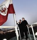 Bundesratspräsidentin Sonja Ledl-Rossmann und Landeshauptmann von Tirol Günther Platter hissen die Tiroler Landesfahne