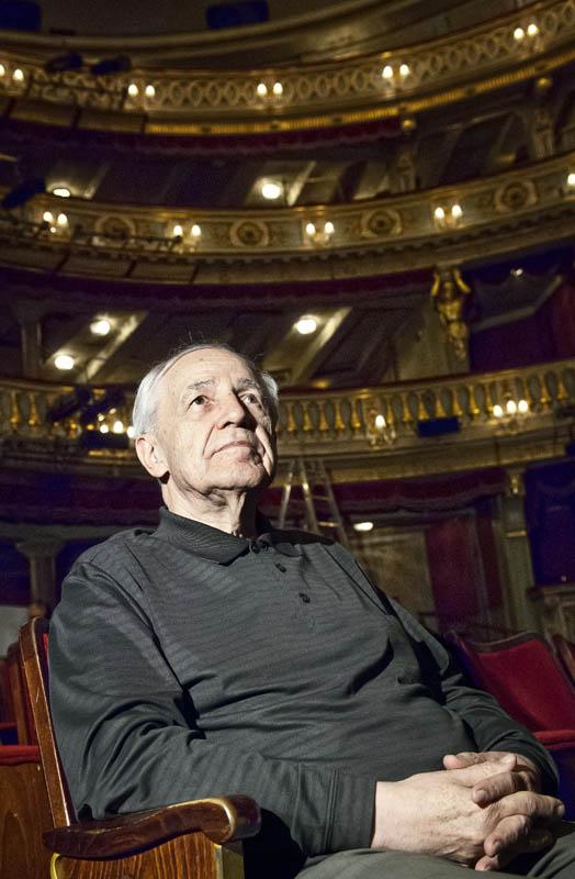 Komponist Pierre Boulez sitzt im Zuschauerraum im Theater an der Wien.
